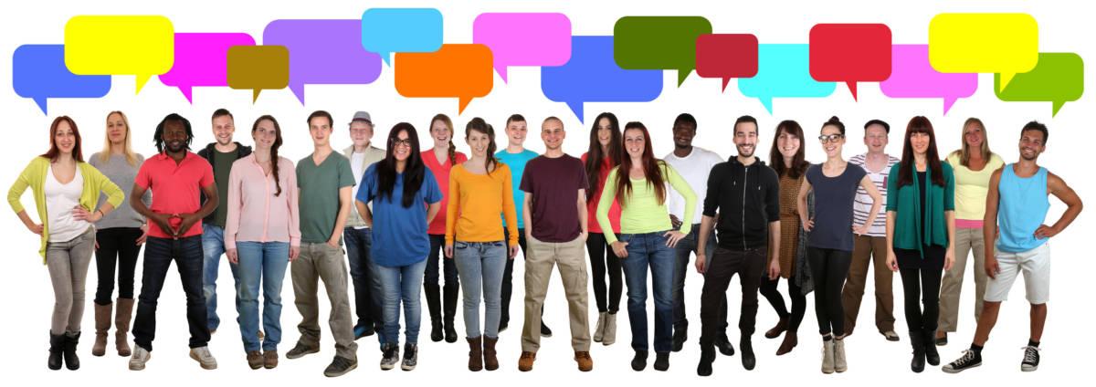 Gruppe junge Leute reden mit Sprechblasen